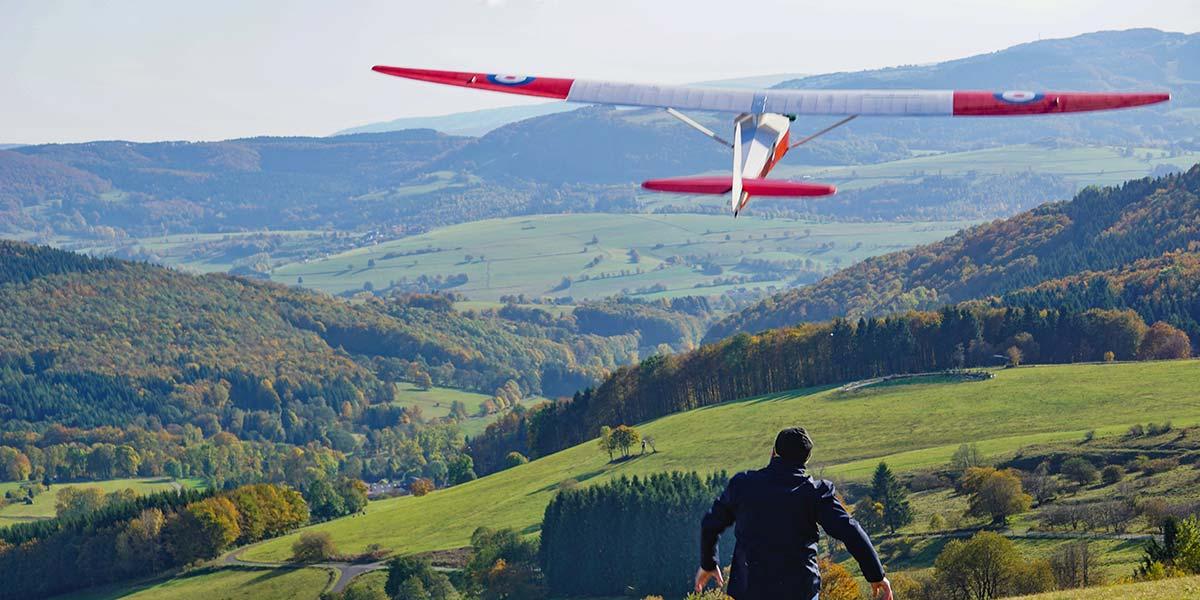 Modellflyg: glidflygmodell på världsseglings sluttningen Wasserkuppe